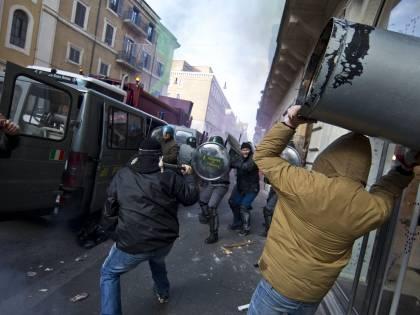 I black bloc a Roma<br /> scatenano la guerriglia<br /> 100 feriti e 41 fermati