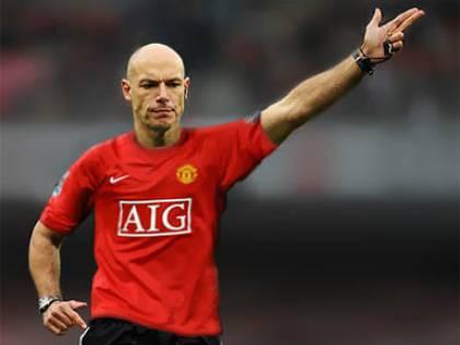 L'arbitro con la maglia dello United:  Babel rischia squalifica per un tweet
