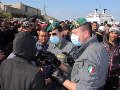 Allarme immigrazione: sì ai profughi di guerra<br /> Il Viminale: &quot;I clandestini verranno rimpatriati&quot;