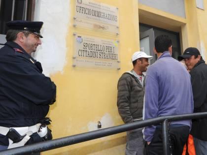 """In Germania blocchi contro i tunisini """"italiani""""  E Berlusconi: """"Se la Ue non esiste dividiamoci"""""""
