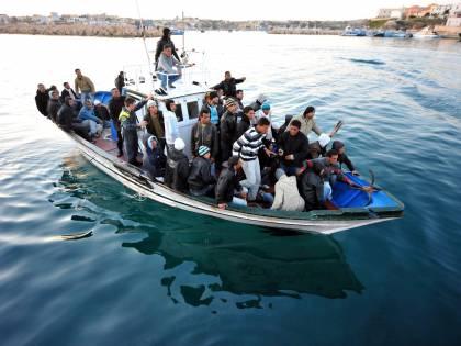 """Immigrati, l'ultimatum di Maroni:  """"Sì ai permessi o fuori da Schengen"""""""