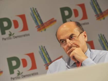 """Bersani e finiani litigano  per corteggiare Bossi:  """"E' ora che lasci Silvio"""""""