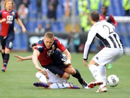 Calcio, caos al Marassi Genoa ostaggio degli ultras: costretti a togliersi le maglie