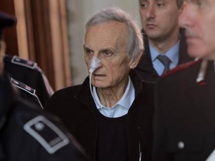 """Parmalat, Tanzi in tribunale:<br />ora si decide sui domiciliari<br />La difesa: """"Rischia la morte"""""""