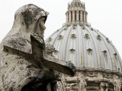 """In manette il maggiordomo: è lui il """"corvo"""" del Vaticano E il Papa: """"Sono addolorato"""""""