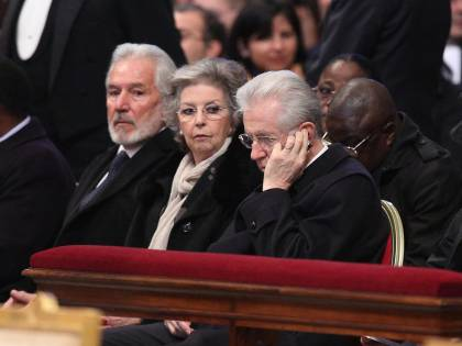 Monti al telefonino durante la messa