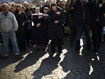 I fedeli abbracciano il Papa