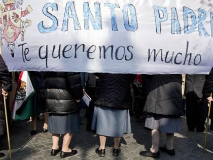Folla a S. Pietro per l'ultimo Angelus