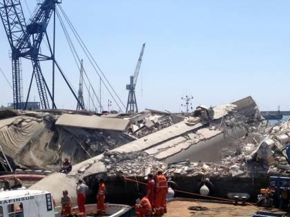 Inferno a Genova, nave abbatte la torre piloti: sette vittime