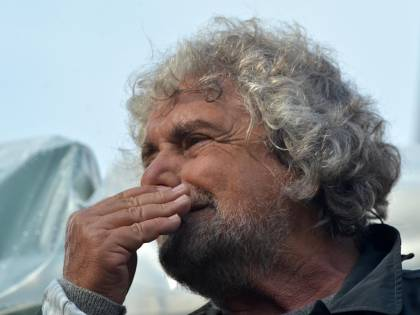 Grillo vuole dare la mancia agli italiani: 600 euro al mese per non fare niente