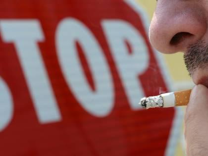 """""""C'è il virus, fumo vietato all'aperto"""". Ma lo studio smonta i """"proibizionisti"""""""
