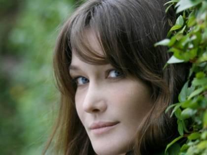 Carla Bruni ricoverata in ospedale: dolori alla mascella