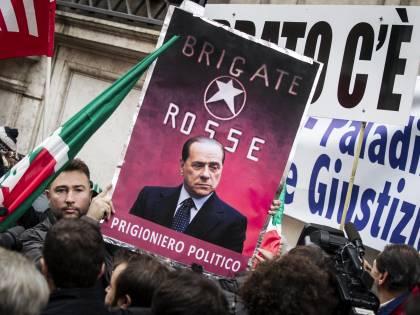 """""""Il Cav non si discute, si ama"""". Il popolo azzurro in piazza: """"Oggi decade la democrazia"""""""