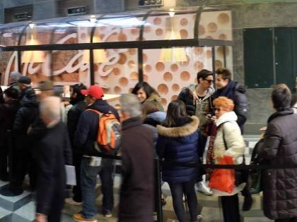 Coda a Milano davanti al nuovo McDonald's
