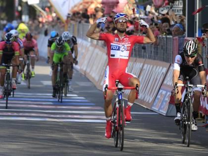 Cadute e Bouhanni: è un Giro ciclostile