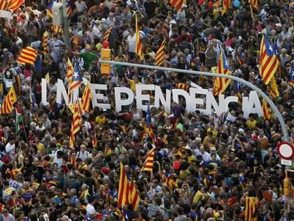 Catalogna ai secessionisti. Parte la sfida dell'indipendenza. Ma il cammino è pieno di ostacoli