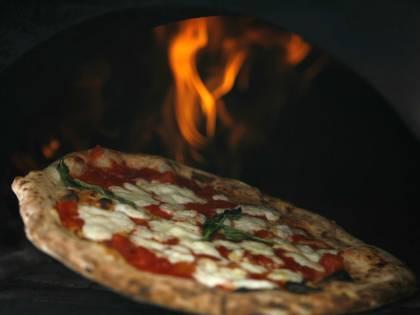 Chiede la pizza ben cotta ma gli viene a costare 2 euro in più