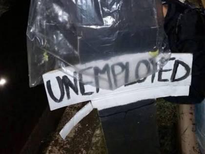 """""""Siamo tutti disoccupati"""": la protesta dei manichini dei giovani di Fratelli d'Italia"""