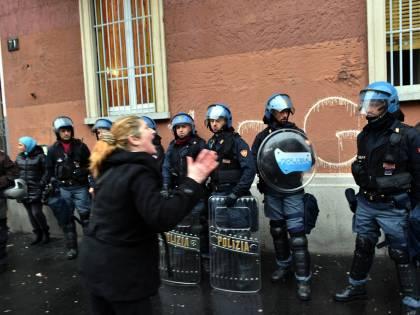 Sgombero casa occupata: polizia aggredita