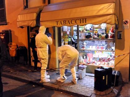 Asti, difende la moglie durante una rapina: tabaccaio ammazzato