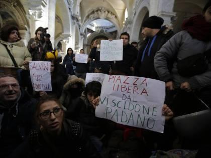 """Occupano la basilica di piazza del Popolo: """"Mai con Salvini"""""""