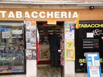 """Tabaccheria """"vietata"""" agli italiani: il bando è riservato ai profughi"""