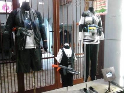 Napoli, la vetrina choc di un negozio: manichini con mitra e pistole