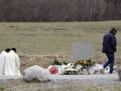 """Disastro Germanwings, la lettera di Lufthansa: """"I passeggeri non hanno avuto paura di morire"""""""