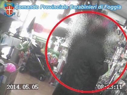 Alcuni fotogrammi dei video che incastrano gli impiegati
