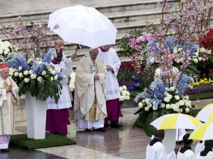 """Papa Francesco alla Messa per Pasqua: """"Gesù allevi le sofferenze dei cristiani perseguitati"""""""