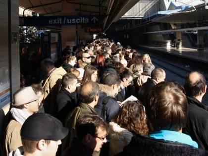 """Roma, scene di ordinaria follia per lo sciopero dei mezzi: """"Occupiamo la metro A"""""""