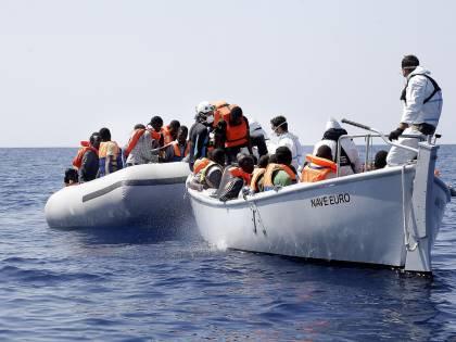 Immigrati, paura in alto mare: spari e morti su un gommone