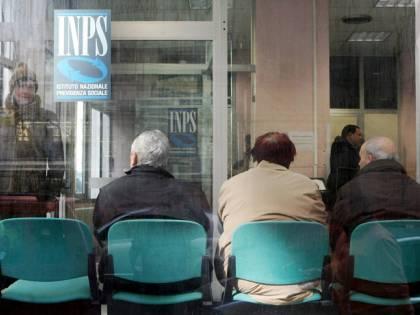Pensioni, l'idea del governo: far cassa su quelle delle vedove