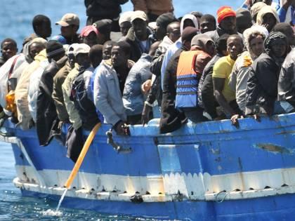 """L'invasione continua altri 400 a Lampedusa """"Subito blocco navale"""""""