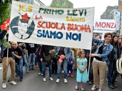 """Così la scuola """"boccia"""" Renzi: in migliaia contro la riforma"""