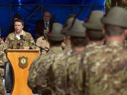 """La mamma del parà caduto in Afghanistan a Renzi: """"La mimetica non è un gioco"""""""