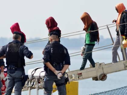 In Europa tornano le frontiere: 400mila migranti verso l'Italia