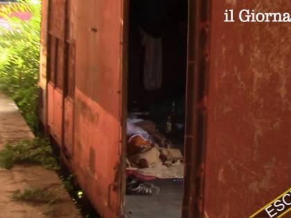 Nei vagoni dei treni dove dormono rom e clandestini