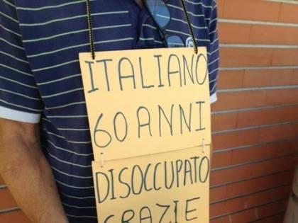 """Italiano chiede elemosina. Nigeriani lo minacciano: """"Territorio nostro"""""""