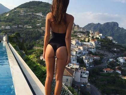 Emily Ratajkowski: lato b da urlo nelle foto dall'Italia