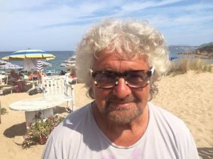 """Grillo, intervista al Financial Times nel golf club in Costa Smeralda: """"Qui vedo il mondo meno cupo"""""""