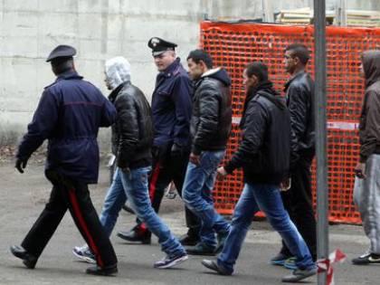 """""""I profughi sono aggressivi"""". Avevano difeso un imam violento, ma il prefetto li lascia girare in città"""