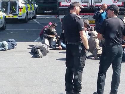 Gb, 27 profughi a bordo di un tir. Arrestato il camionista: è un italiano