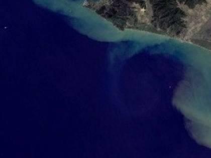 Toscana, dal fiume una scia misteriosa catturata dal satellite: divieto di balneazione
