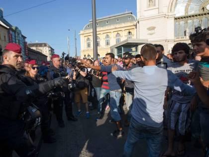 Budapest, gli immigrati buttano via il cibo