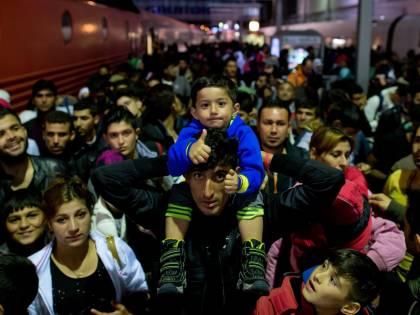 """Merkel abbraccia i migranti """"Cambieranno la Germania"""". Cameron: """"20mila in 5 anni"""""""