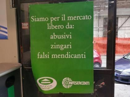 """Cartello contro gli zingari al mercato: """"Allontanano i clienti"""""""