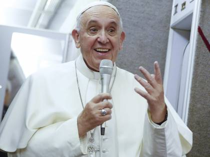 L'abbraccio segreto del Papa all'impiegata anti nozze gay