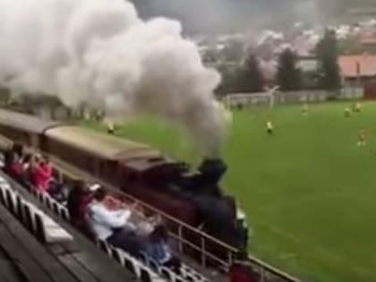 Altro che sicurezza negli stadi. In Slovacchia un treno invade il campo