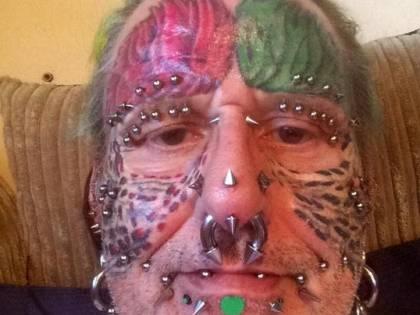 Ted Richards, l'uomo pappagallo che si è fatto tagliare le orecchie